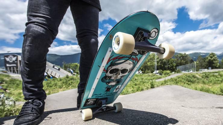 Die Rollbrettfahrer liessen sich mit Autos auf die Passhöhe transportieren. Danach fuhren sie auf ihren Race-Skateboards mit hoher Geschwindigkeit ins Tal. (Archivbild)
