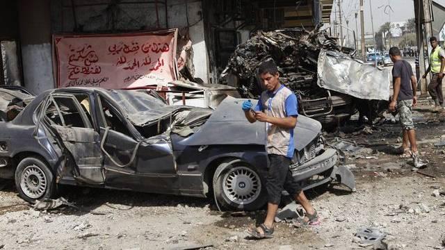 Männer begutachten den Schaden, den eine Bombe in Bagdad angerichtet hat