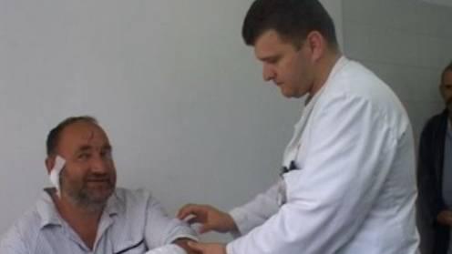 Bärenattacke-Opfer Blazo Grkovic (links) wird von einem Arzt behandelt