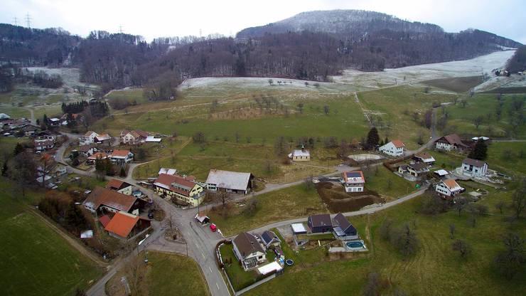 S-förmig schlängelt sich die Schafmattstrasse durch das kleine Dorf.