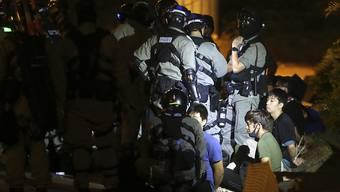 Die Belagerung einer Hochschule in Hongkong durch die Protestbewegung geht auch am Mittwoch weiter - während die Sicherheitskräfte immer härter durchgreifen. Kritik kommt derweil aus den USA.