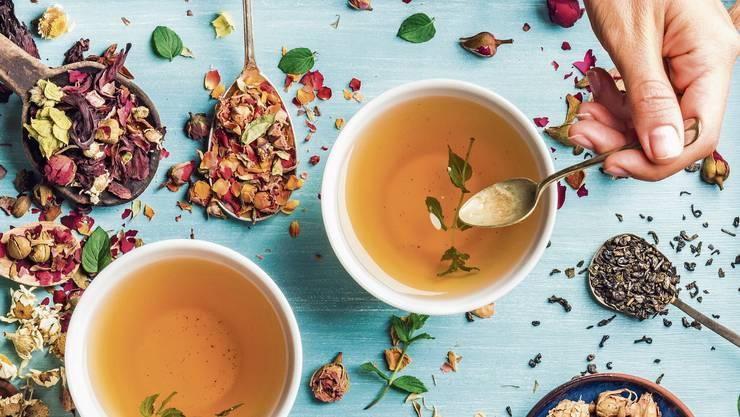 Wer Tee ohne Beutel kauft, hat nicht nur eine grössere Auswahl, sondern umgeht auch das Risiko, Mikroplastik zu trinken. Bild: Getty Images