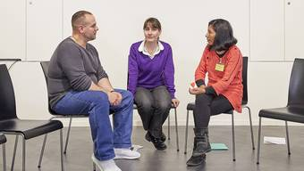 Claudia Christen (Mitte) führt in der Justizvollzugsanstalt Lenzburg Begegnungen zwischen Tätern (l.) und Opfern (r.) durch.