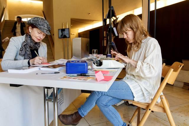 Solothurner Literaturtage 2016: Julia Weber von literaturdienst.ch schreibt im Landhaus-Foyer Postkarten.