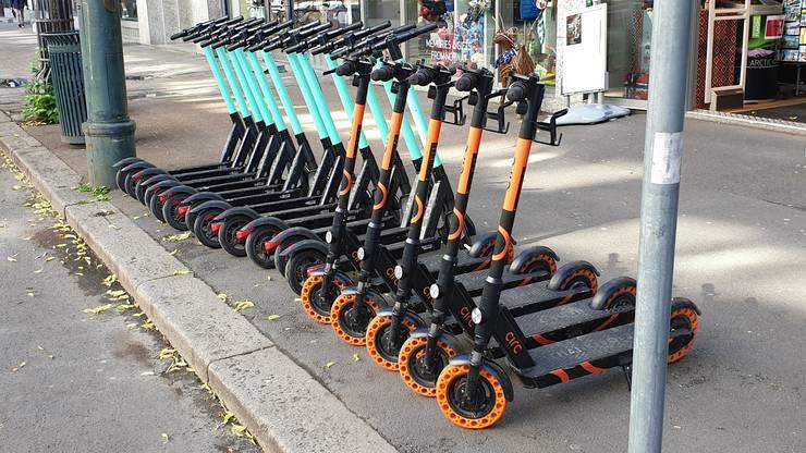 Stehen in Oslo an jeder Strassenecke: Elektroroller verschiedener Anbieter.