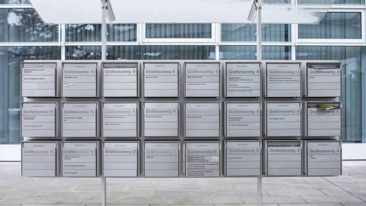 Ein internationales Übereinkommen soll den Missbrauch von Steuer-Abkommen zwischen den teilnehmenden Ländern verhindern. Im Bild: Briefkästen in der Stadt Zug. (Symbolbild)