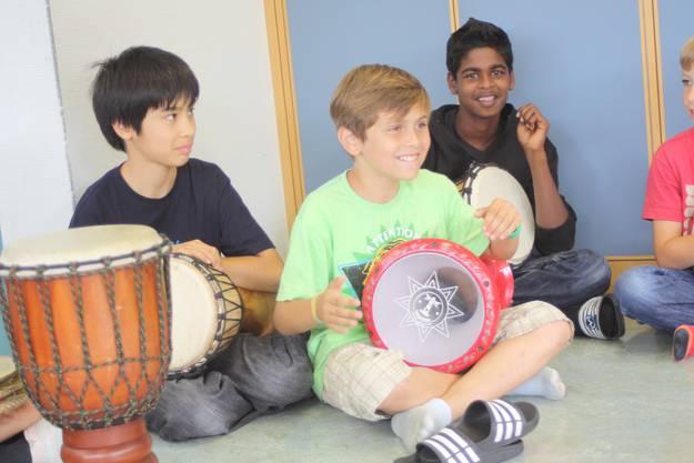 Kevin, Bora und  Thanushan beim Trommeln