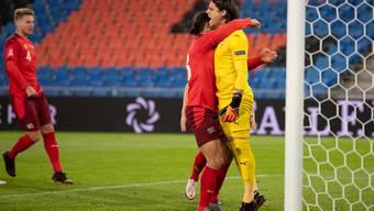 Ricardo Rodriguez jubelt mit Penalty-Held Yann Sommer.