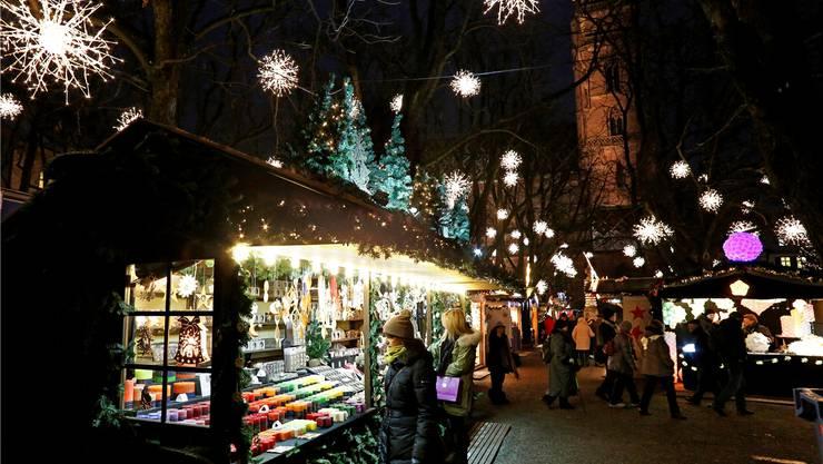 Auf dem Münsterplatz wird vor allem Weihnachts-Dekoration verkauft. Farbige Kerzen, Lichtspiele und Leuchtsterne, die man an die Fenster hängen kann.