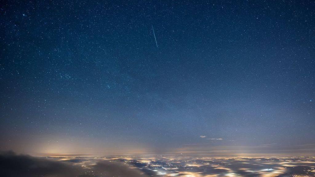 Eine Sternschnuppe aus dem Meteorschauer der Geminiden zieht in der Nacht auf den 14. Dezember 2015 ihren Leuchtschweif über dem Pilatus. Übernächsten Samstag ist es wieder so weit. (KEYSTONE/Petra Bischoff)