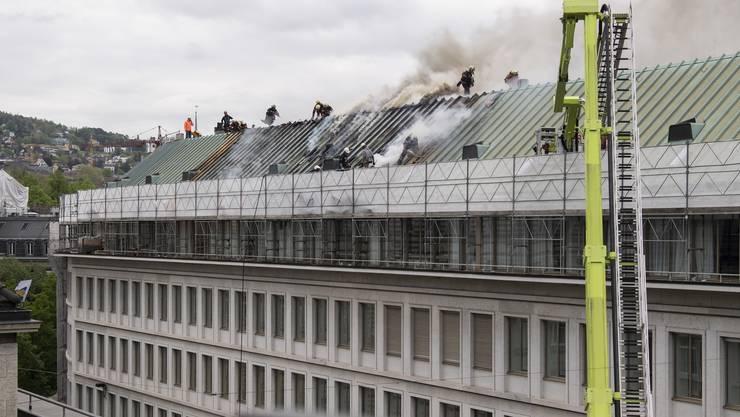 Im Dachstock der UBS-Liegenschaft an der Pelikanstrasse in der Zürcher Innenstadt ist am Donnerstagmorgen ein Feuer ausgebrochen. Verletzt wurde niemand.
