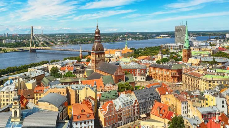 Riga liegt an der Mündung der Düna in die Ostsee und ist die grösste der baltischen Städte.