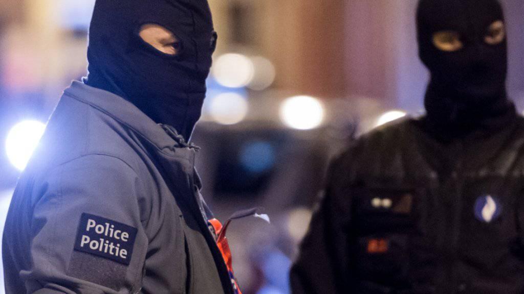 Belgische Spezialeinheiten bei Razzien im Brüsseler Stadtteil Molenbeek (Archiv). Belgien hat am Samstagmorgen die höchste Terrorwarnstufe für Brüssel ausgerufen.