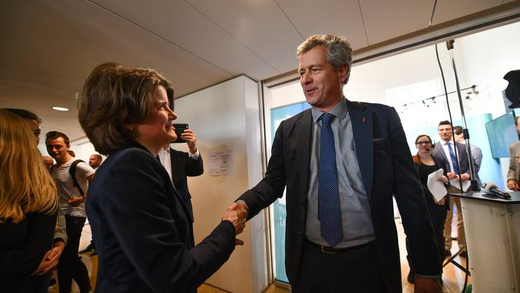 Thomas de Courten gratuliert Kathrin Schweizer zur Wahl in die Regierung.