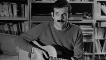 Er war und ist der Troubadour der Schweiz: Mani Matter im Wohnzimmer mit zwei seiner drei Kinder. Hans Krebs/ETH-Bildarchiv