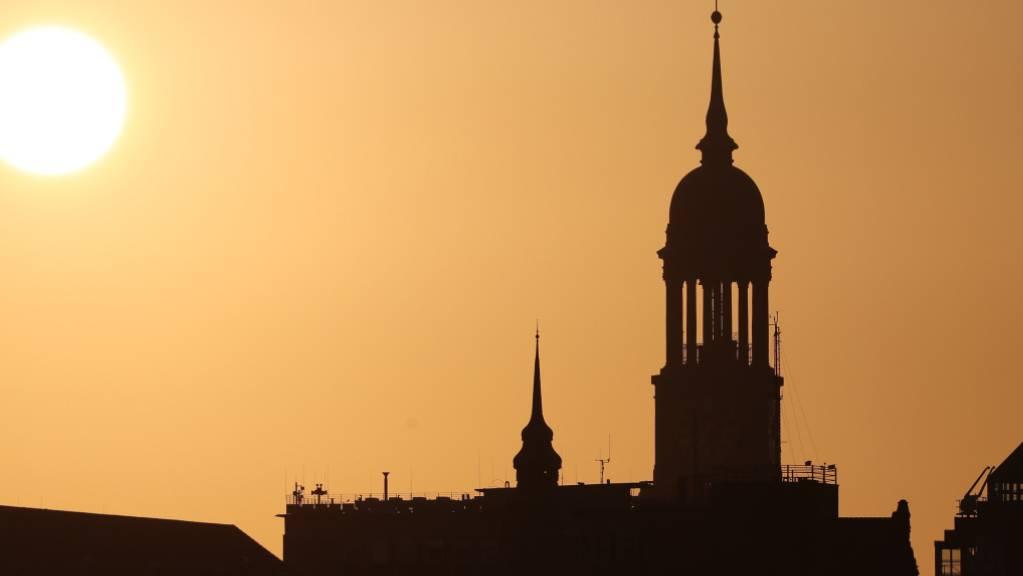 Die Hamburger St. Michaelis Kirche beim Sonnenaufgang: Der Schweizer Baukonzern Implenia hat in der Hansestadt einen Auftrag an Land gezogen (Symbolbild).