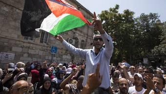 Palästinenser feiern den Abbau der umstrittenen Sicherheitsvorkehrungen am Tempelberg. Tausende strömten auf das Plateau um zu beten - dabei kam es aber erneut zu Auseinandersetzungen.