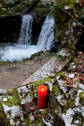 Freiwillige räumen die ausgebrannten Kerzen weg, die über Weihnachten von den Pilgern in der Verenaschlucht zurückgelassen wurden.