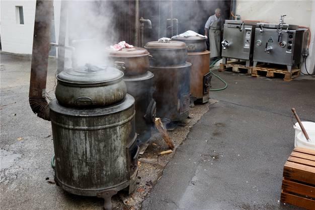 Das Wasser wird in Kupferkesseln aufgekocht.