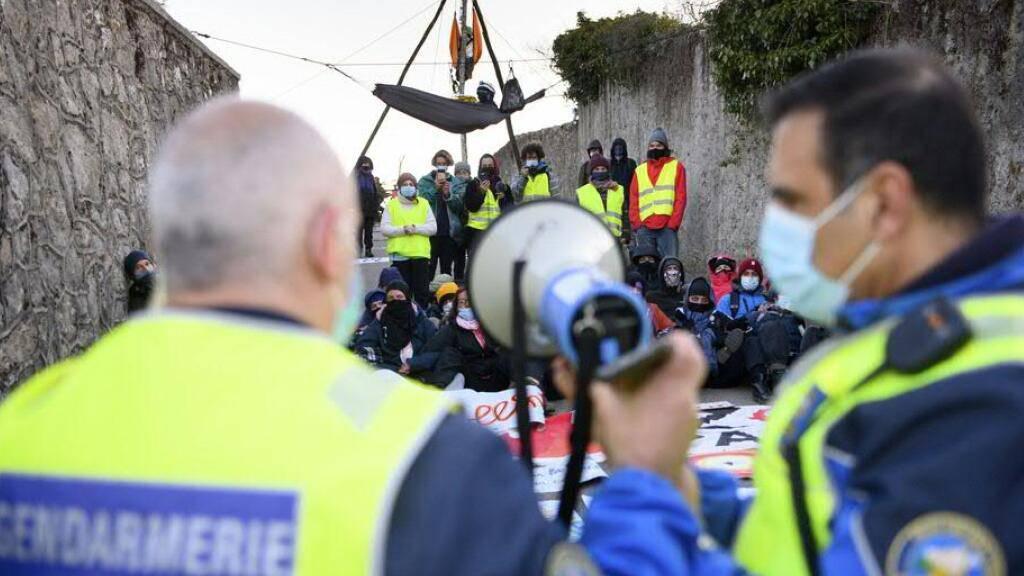 Polizisten fordern die Besetzer des Hügels Mormont oberhalb von La Sarraz VD zum Verlassen ihres Lagers auf.