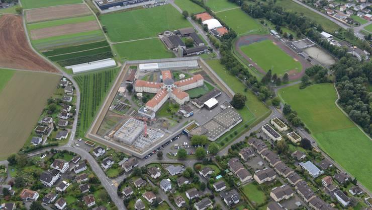 Die Aufrichtung des Produktionsgebäudes der Vollzugsanstalt Lenzburg wurde gefeiert