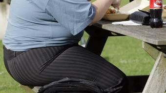Senioren werden immer dicker – ein Grund: Bei über 75-Jährigen ist der Alkoholkonsum rekordhoch.