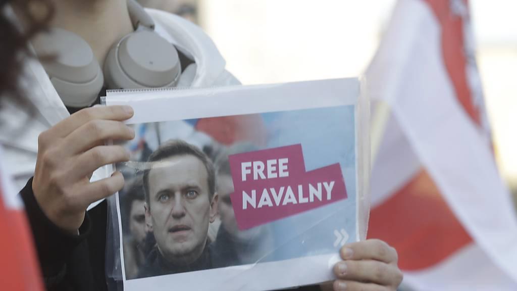 Protest für den inhaftierten russischen Oppositionsführer Alexej Nawalny in Polens Hauptstadt Warschau. Foto: Czarek Sokolowski/AP/dpa