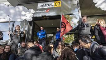 Rund 100 Aktivisten der Extinction Rebellion blockieren die Zufahrtsstrassen zum Privatjet-Terminal des Genfer Flughafens.