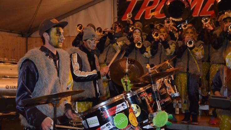 Die Windischer Guggenmusik Trombongos eröffnet die Fasnacht hinter der Dorfturnhalle in Windisch.