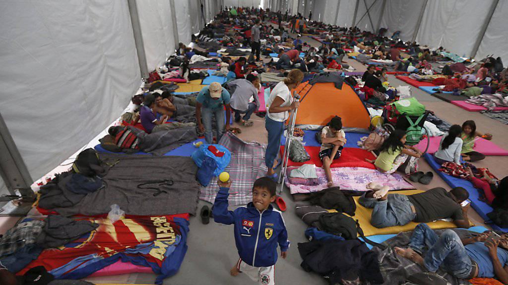 Die ersten Migranten aus Honduras und Guatemala sind in Mexiko-Stadt eingetroffen. Viele wollen weiter bis in die USA. Präsident Donald Trump hat damit gedroht, Soldaten gegen sie einzusetzen.  (Foto: Marco Ugarte/AP)