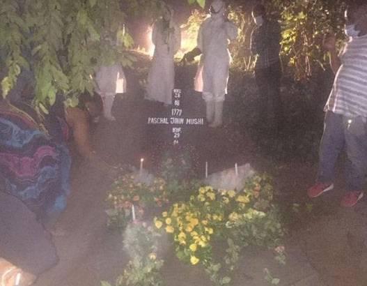 Immer mehr tauchen Videos von Beerdigungen auf, die heimlich in der Nacht durchgeführt werden müssen.