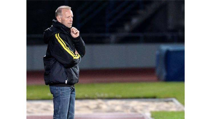 Trainer Roger Hegi verfolgt mit kritischem Blich das Spiel seiner Mannschaft.