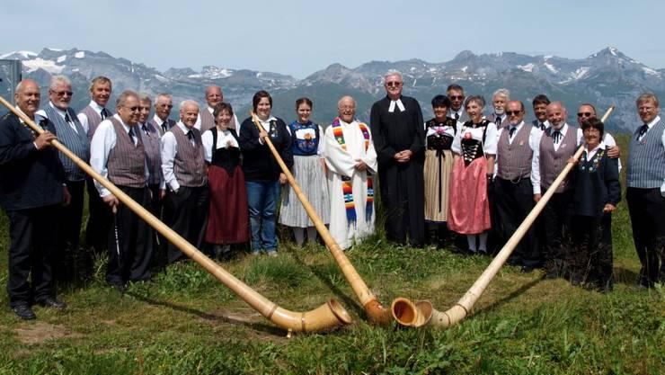 Jodelchörli Niederlenz mit den beiden Pfarrern und dem Alphorntrio