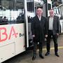 Präsident Peter Forster und Geschäftsführer Peter Baertschiger (r.) vor einem der neuen Hybridbusse.