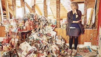 Rose Wylie in ihrem Atelier. Die britische Künstlerin geht ihren eigenen Weg – unabhängig von Erwartungshaltungen.