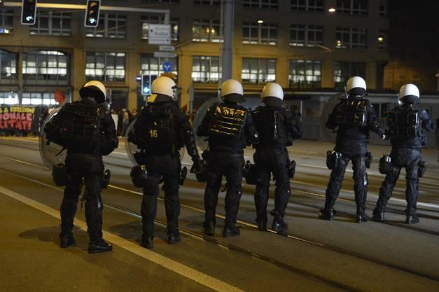 Polizisten warten auf die Demonstranten.