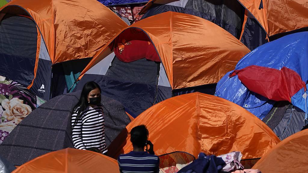 ARCHIV - Zelte von Migranten, die in den USA Asyl suchen, stehen am Grenzübergang in Tijuana. Foto: Gregory Bull/AP/dpa