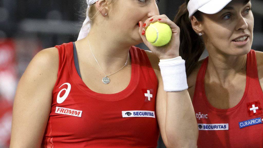Timea Bacsinszky (links) spielt mit Martina Hingis (rechts) am WTA-Turnier in Biel in der Doppelkonkurrenz
