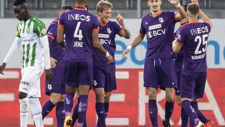 Lausannes Torschütze Per-Egil Flo (Mitte) freut sich mit seinen Mitspielern