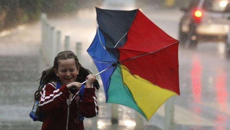 Starke Regenschauer und Sturmböen ziehen am Abend auf.