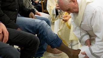 Der Papst wäscht einem Gefängnisinsassen die Füsse. Neu sind auch Frauen zur rituellen Fusswaschung zugelassen. (Archiv)