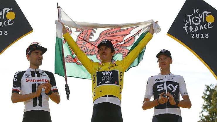 Jubeln die Sieger der Tour de France womöglich bald in ihren National- statt Teamfarben? Wohl kaum, denn die Hürden für einen solchen Systemwechsel sind enorm. In der Bildmitte zeigt Geraint Thomas, der Tour-Gewinner von 2018, stolz die Flagge seines Heimatlandes Wales