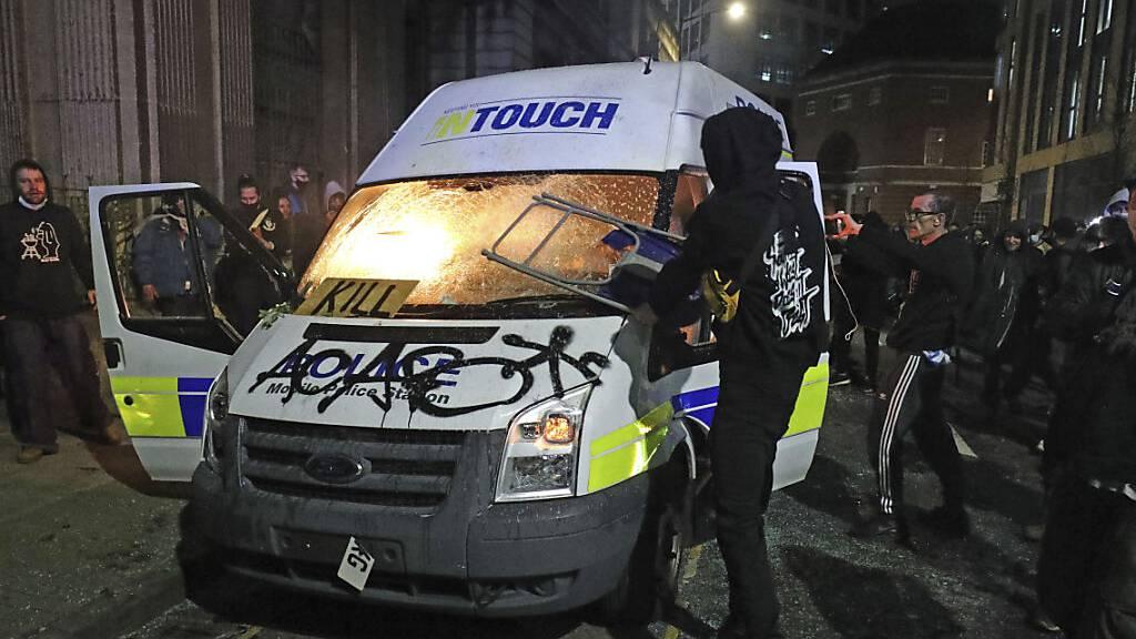 Haftstrafen nach Angriffen auf Polizei bei Protesten in Bristol