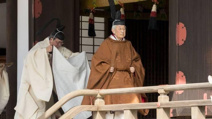 Kaiser Akihito auf seinem Weg zum Ritual im Tempel im Palast in Tokio, wo er seinen Vorfahren über die baldige Abdankung berichtet.