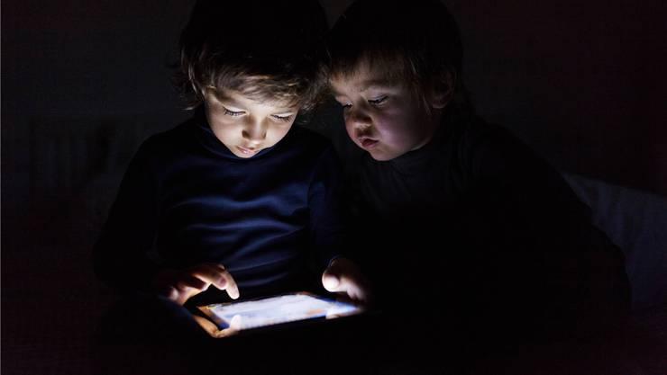 Besonders gross ist die Gefahr durch bläuliche LED für Kinder und Jugendliche, da ihre Augen das Licht schwächer filtern als diejenigen von Erwachsenen.