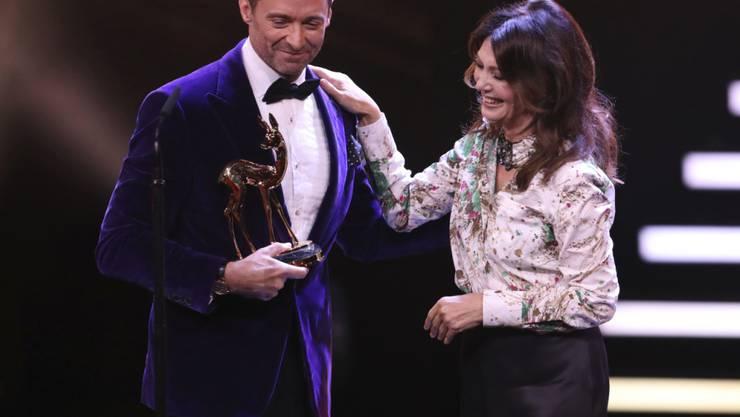 Bei der Bambi-Verleihung in Berlin: Der australische Schauspieler Hugh Jackman erhielt die erste Trophäe des Abends von der deutschen Schauspielerin Iris Berben überreicht.