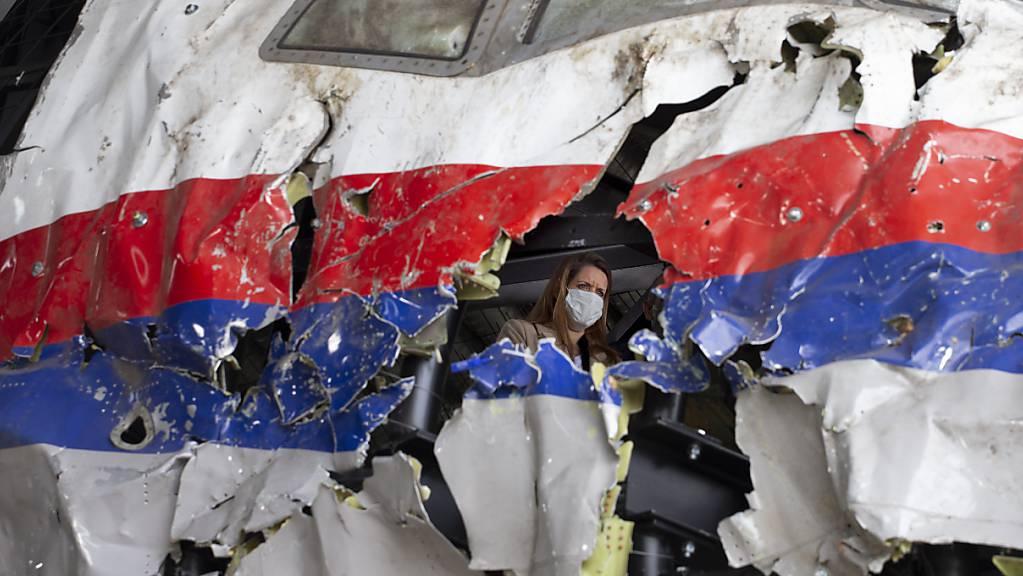 Richter und Anwälte im Prozess um den Absturz von Flug MH17 inspizieren das rekonstruierte Wrack der Passagiermaschine des MH17-Fluges auf dem Militärflugplatz Gilze-Rijen.