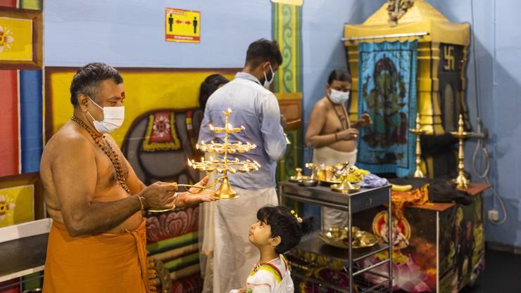 Hindus aus der ganzen Schweiz und aus dem Ausland besuchen den Tempel Sri Ayyappan Swamy im Industriegebiet Ristet in Birmensdorf.