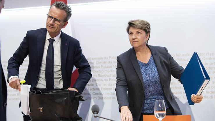 Sportministerin Viola Amherd tritt gemeinsam mit Baspo-Direktor Matthias Remund vor die Medien. (Bild: Keystone)