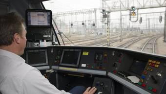 Ein Lokführer der SBB fährt einen Intercityzug (Archiv)